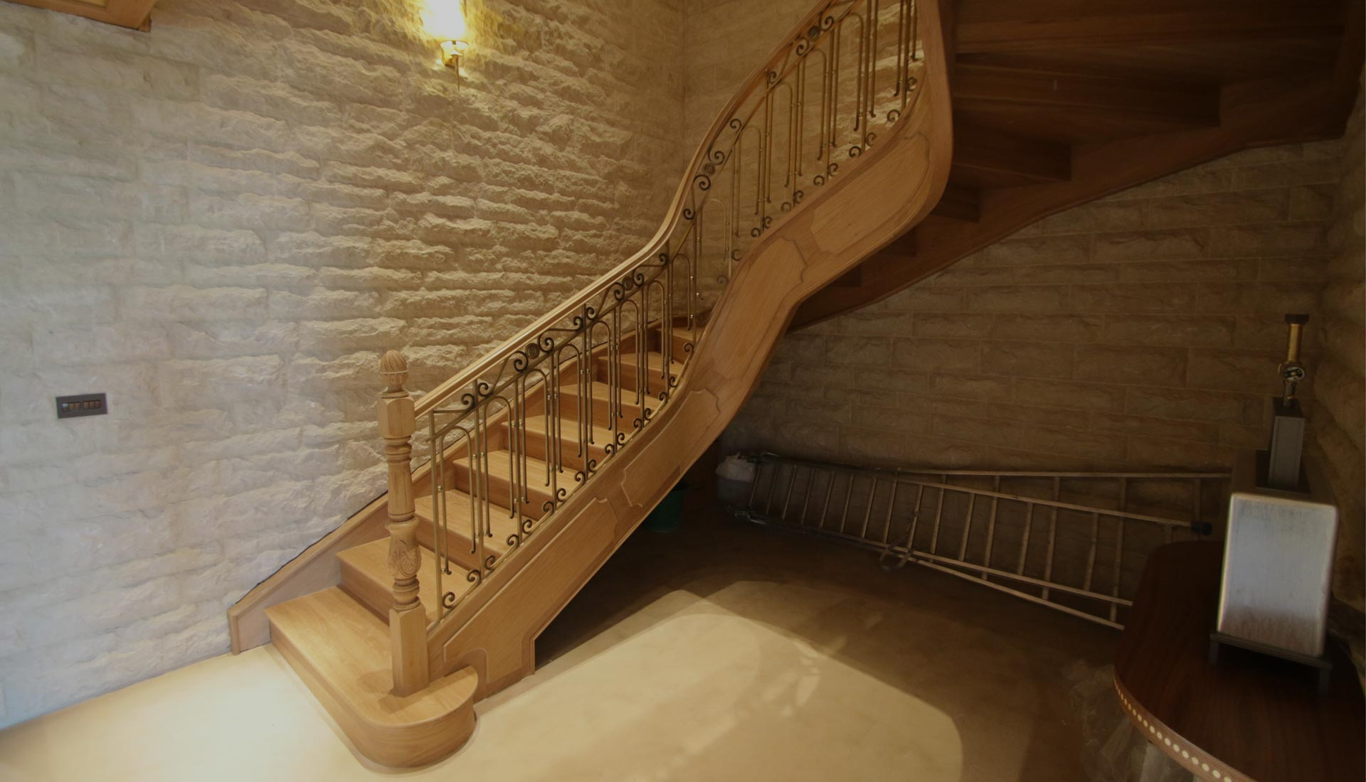 escalera de madera tallada y forja
