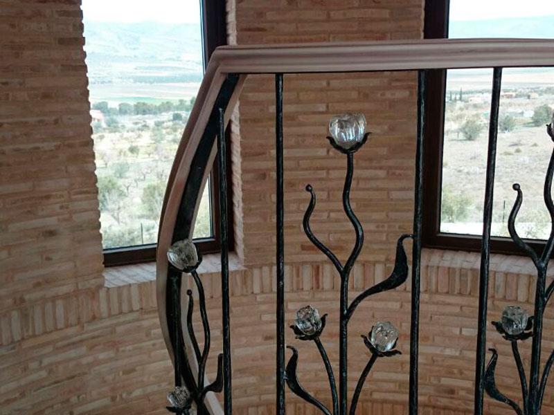 Escalera de madera, hierro y detalles