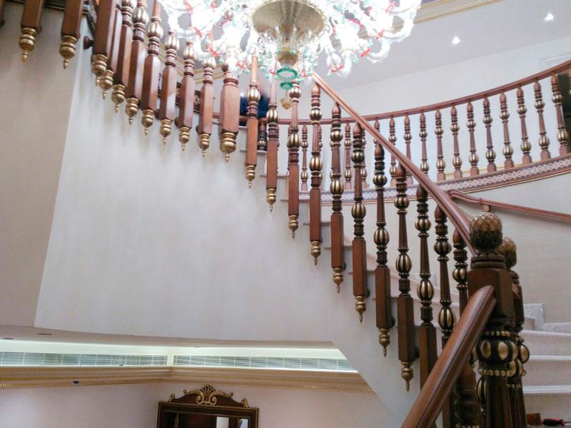 Escalera clásica barrotes dorados