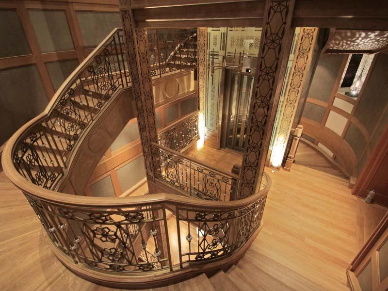 Escalera madera y forja palacio