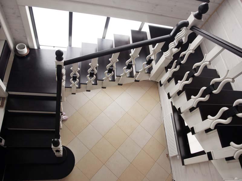 Escalera de madera negro y blanco