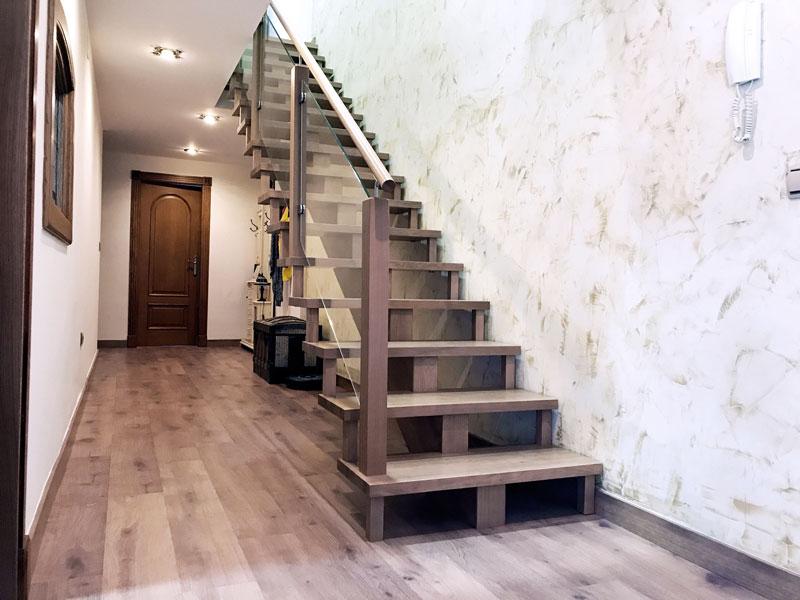 Escalera de madera y acero en vivienda