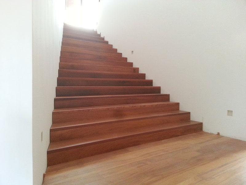 Escalera de madera. Peldaños madera