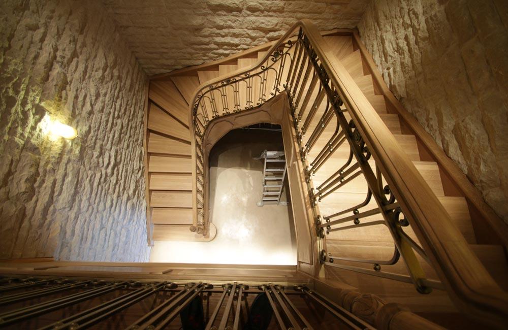 escalera de madera y forja. peldaños madera