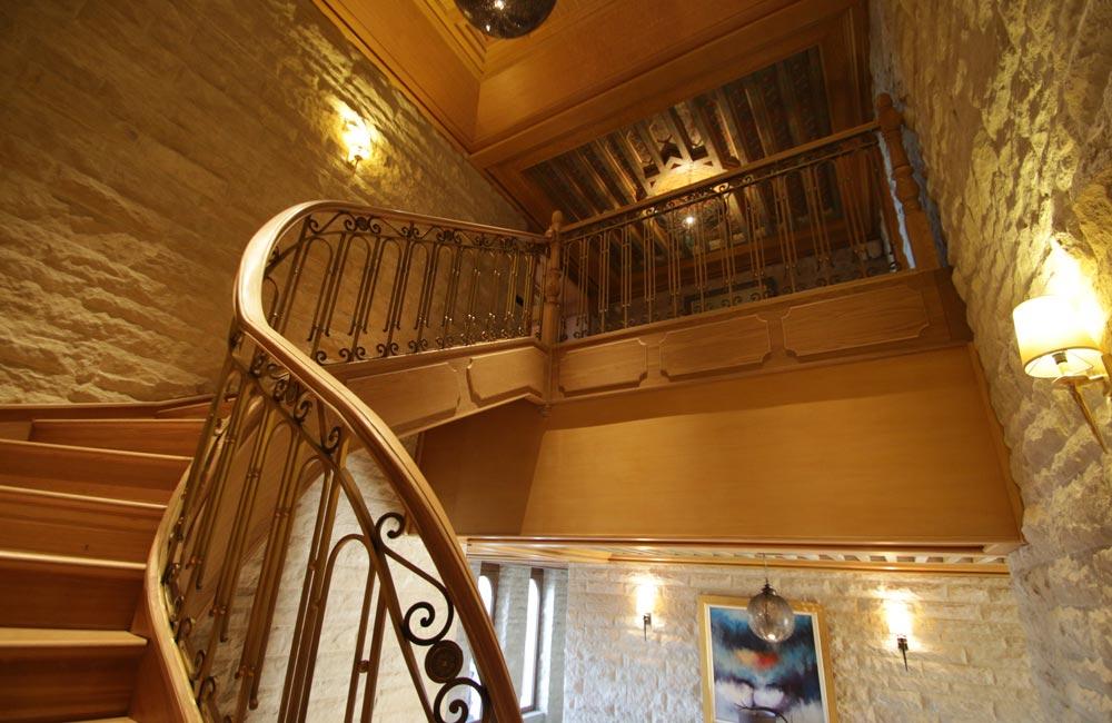 escalera de madera y forja lujo. en palacio
