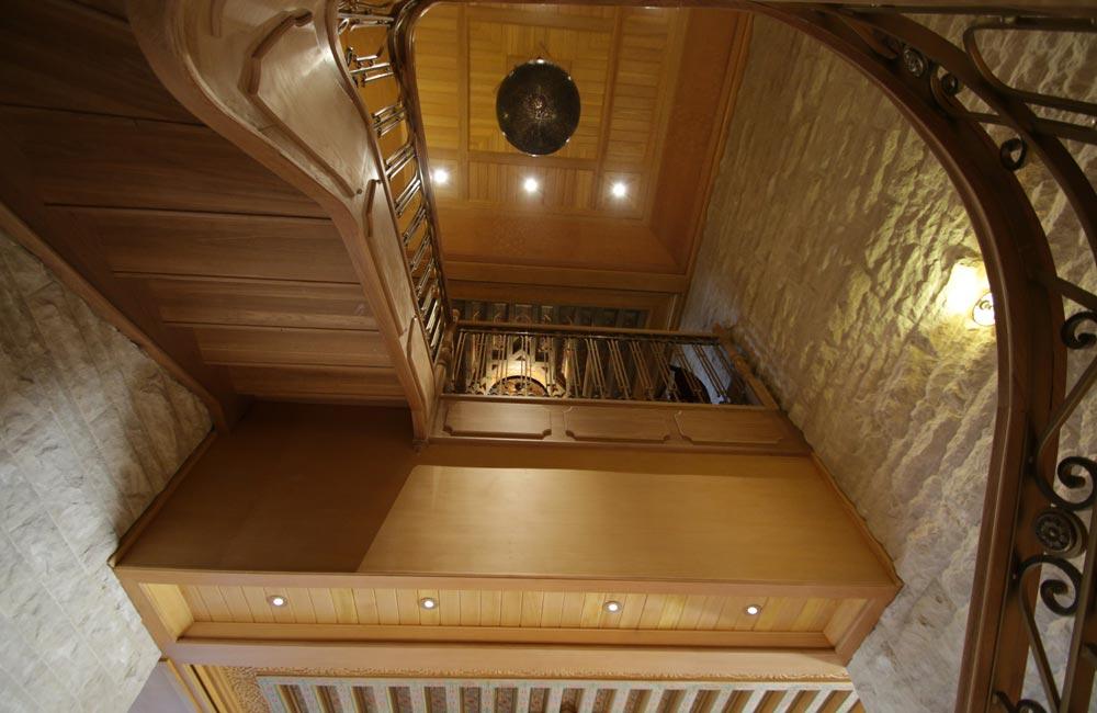 Escalera de madera en palacio