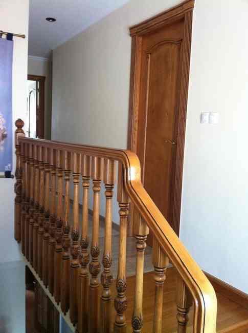 escalera de madera torneada