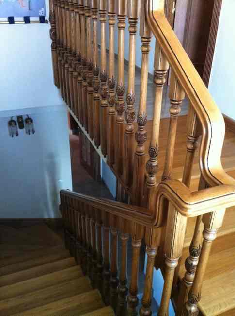 escalera barrotes y pasamanos de madera