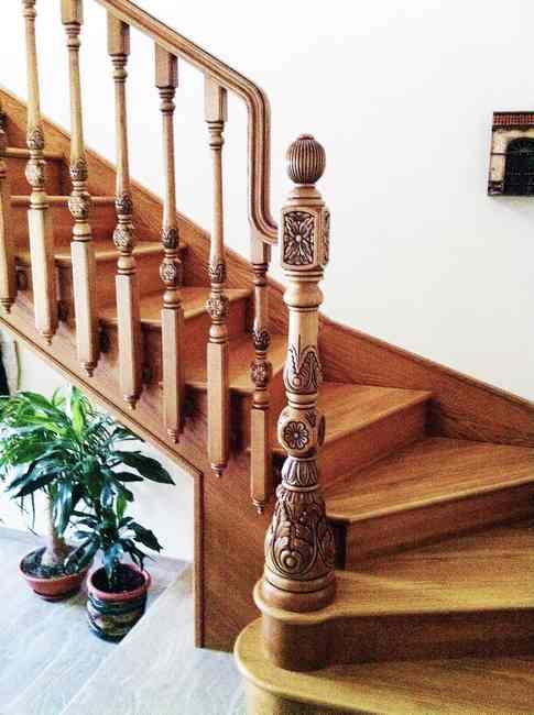 escalera de madera barandilla torneada