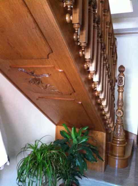 escalera de madera con talla y torneado