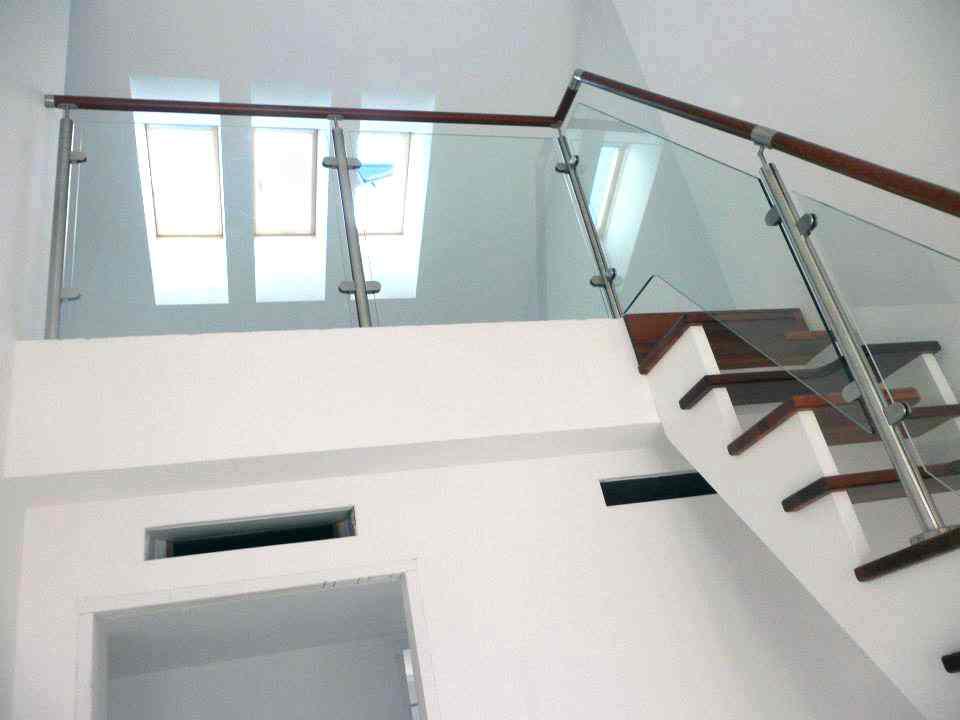 escalera cristal y madera japonesa