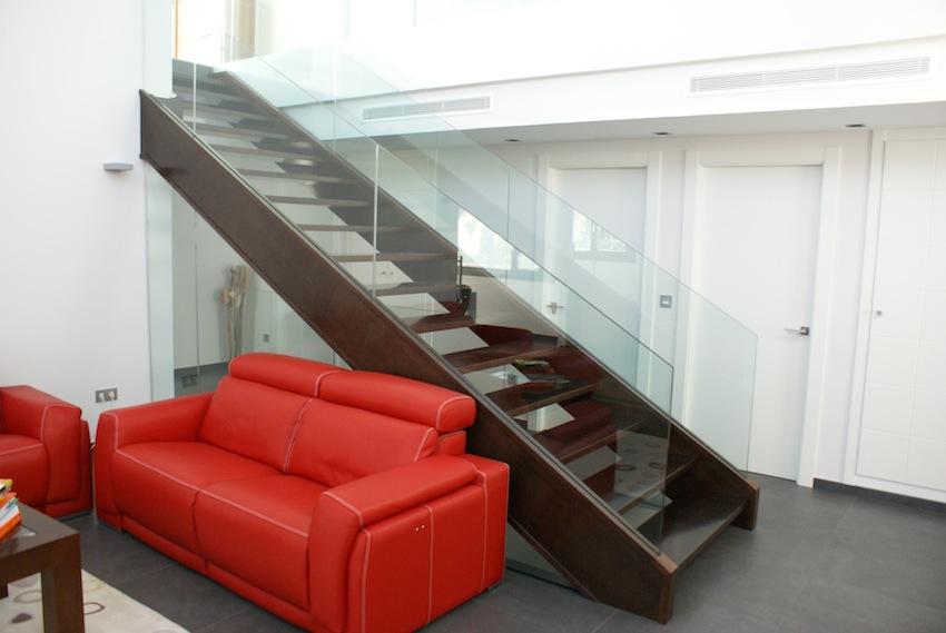 Escalera de diseño. Cristal y madera
