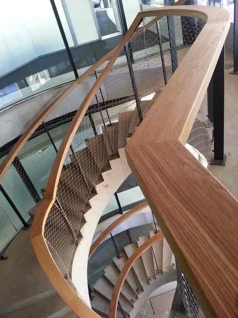 escalera pasamanos madera sitios públicos